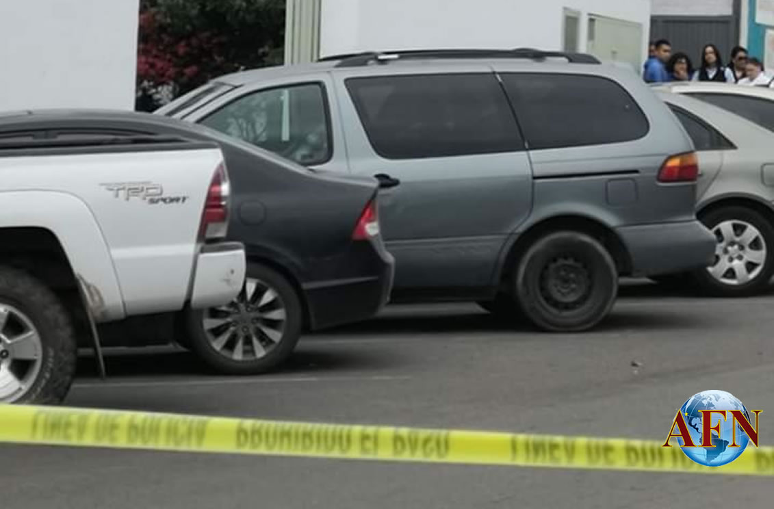 Hallan cadáver en vehículo estacionado