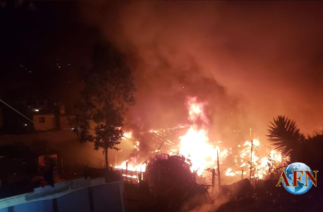 Incendio consume tres viviendas
