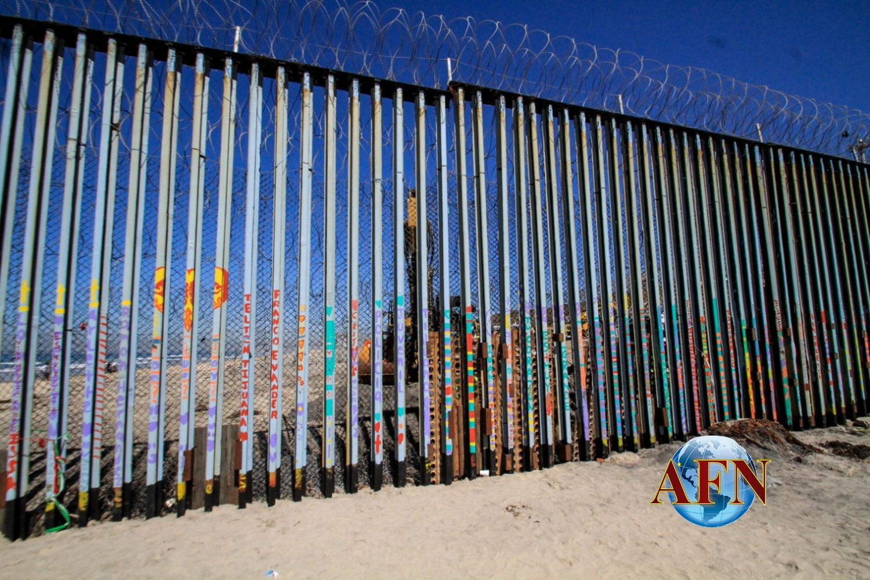 Refuerzan el muro, tras cruce masivo