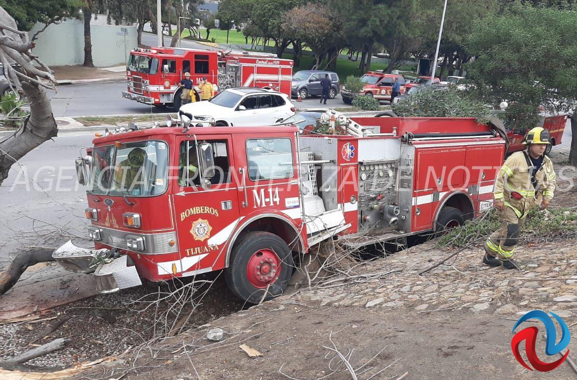 Unidad de bomberos chocó debido a que se reventó el resorte del acelerador
