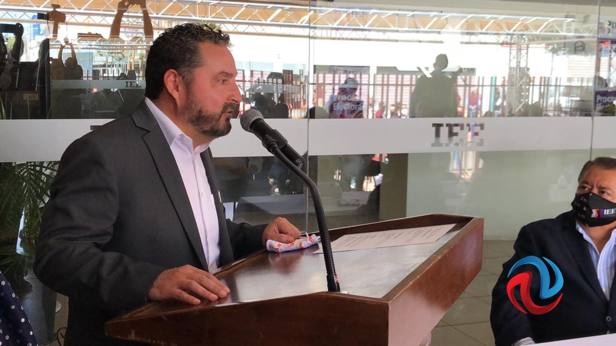 Carlos Atilano se registra como candidato a la gubernatura