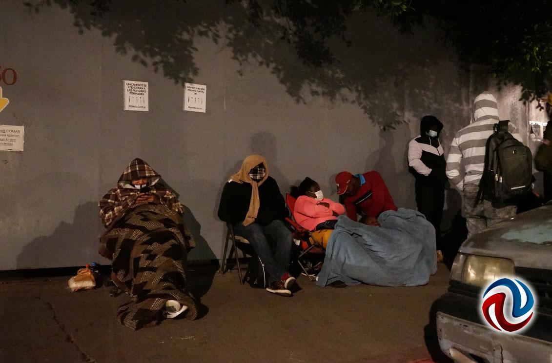 Madrugan migrantes para trámites ante la COMAR
