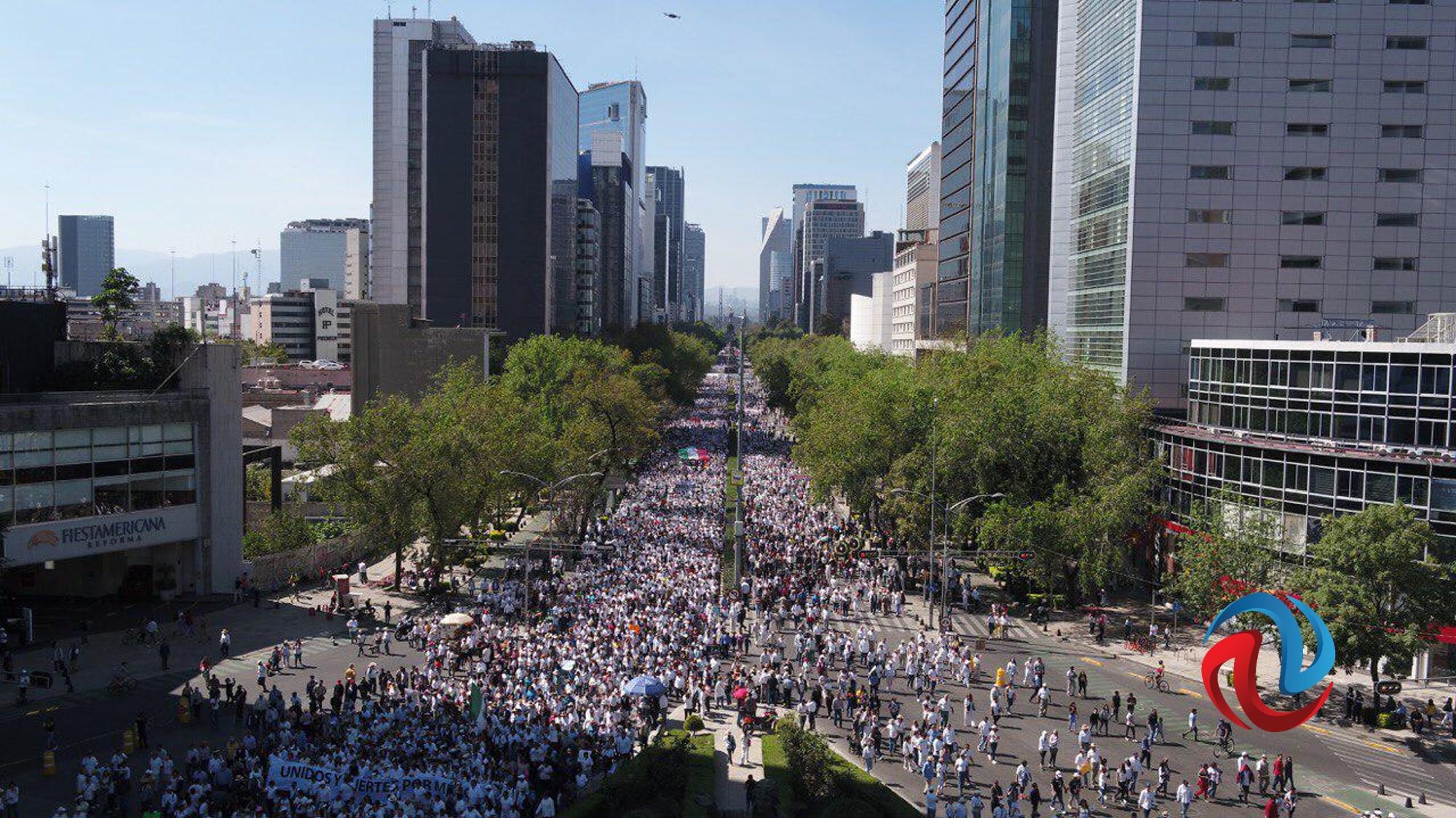Marchan en contra de políticas de AMLO