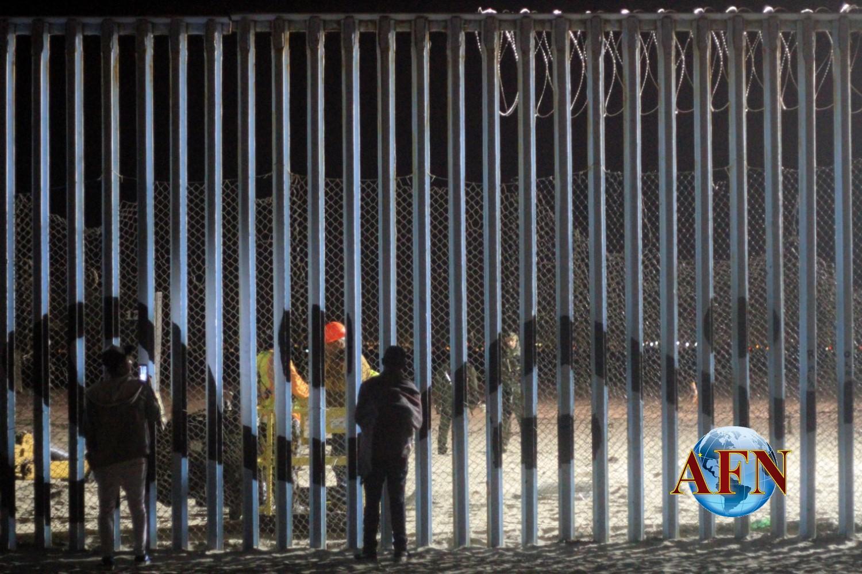 Militares instalan alambres de púas
