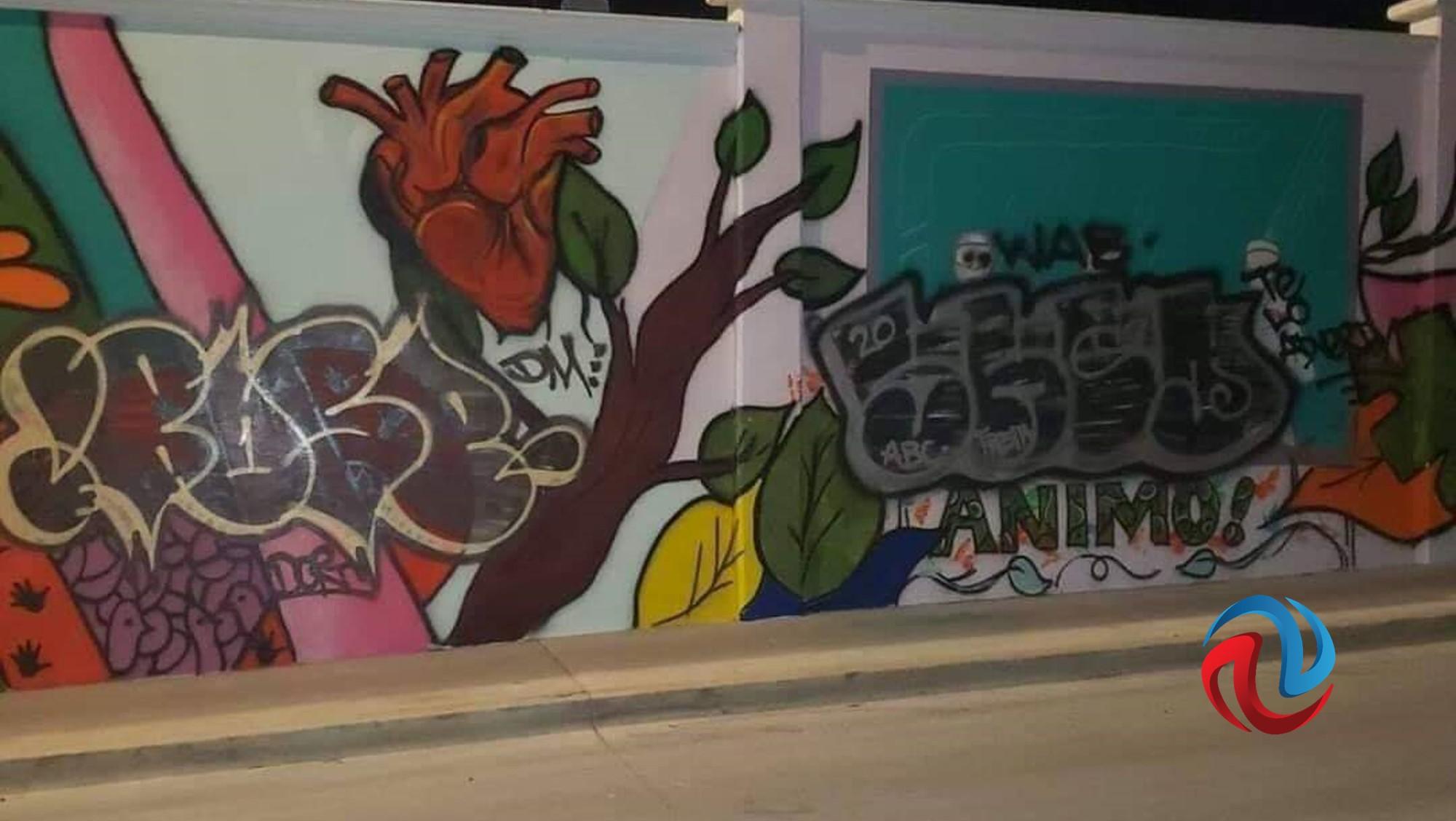 Grafitero daña mural de médicos, y amenaza con seguir; responde Chiú
