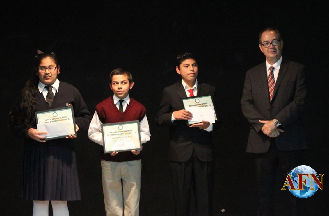Jóvenes ganadores de concurso de Oratoria