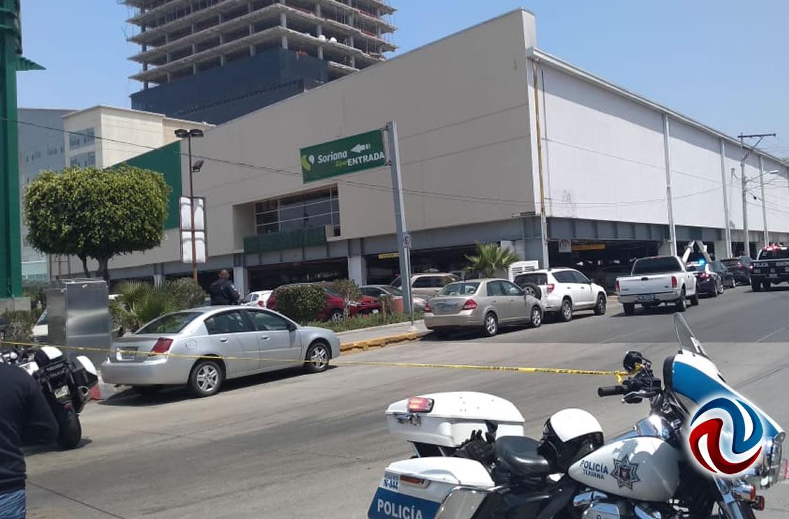 Mujer  lesionada al caer estructura en un supermercado