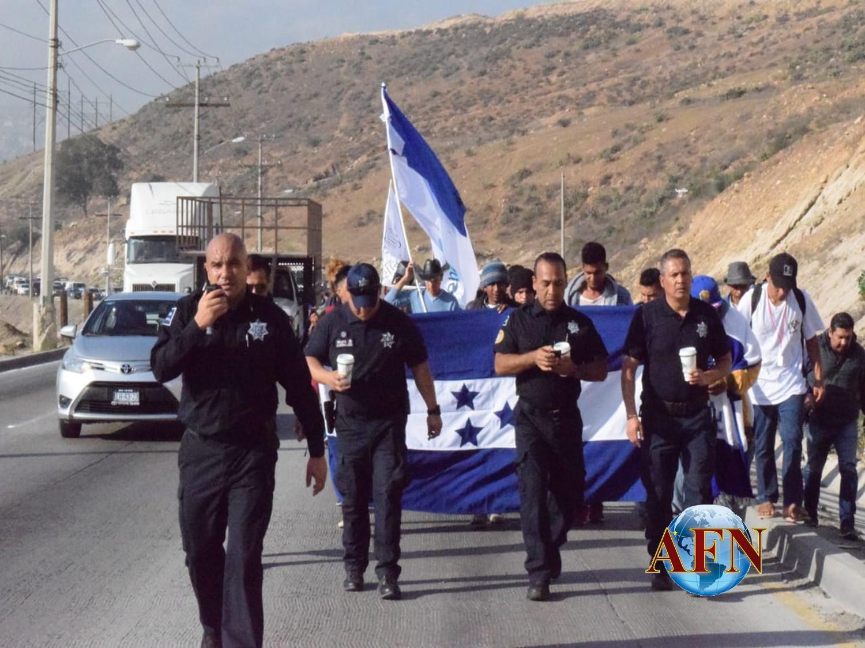 Marchan al Consulado de EU; granaderos esperan