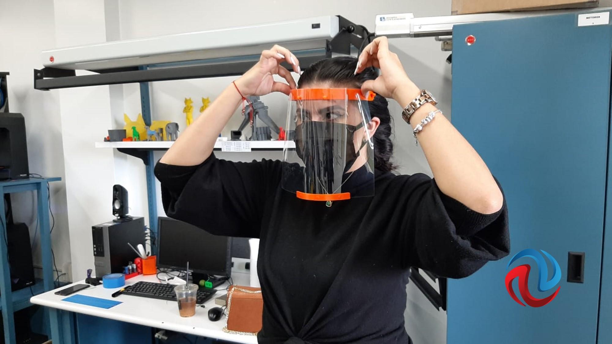 Estudiantes diseñan careta de protección para médicos