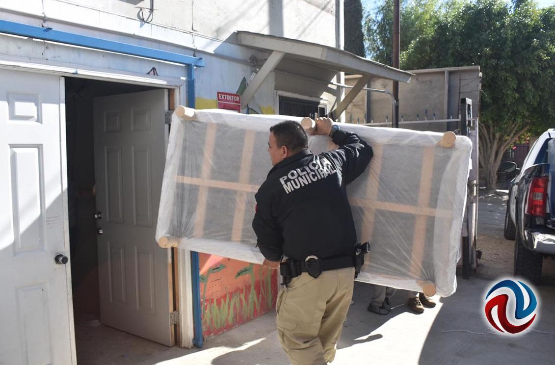 Policías llevan regalos a niños de casa hogar