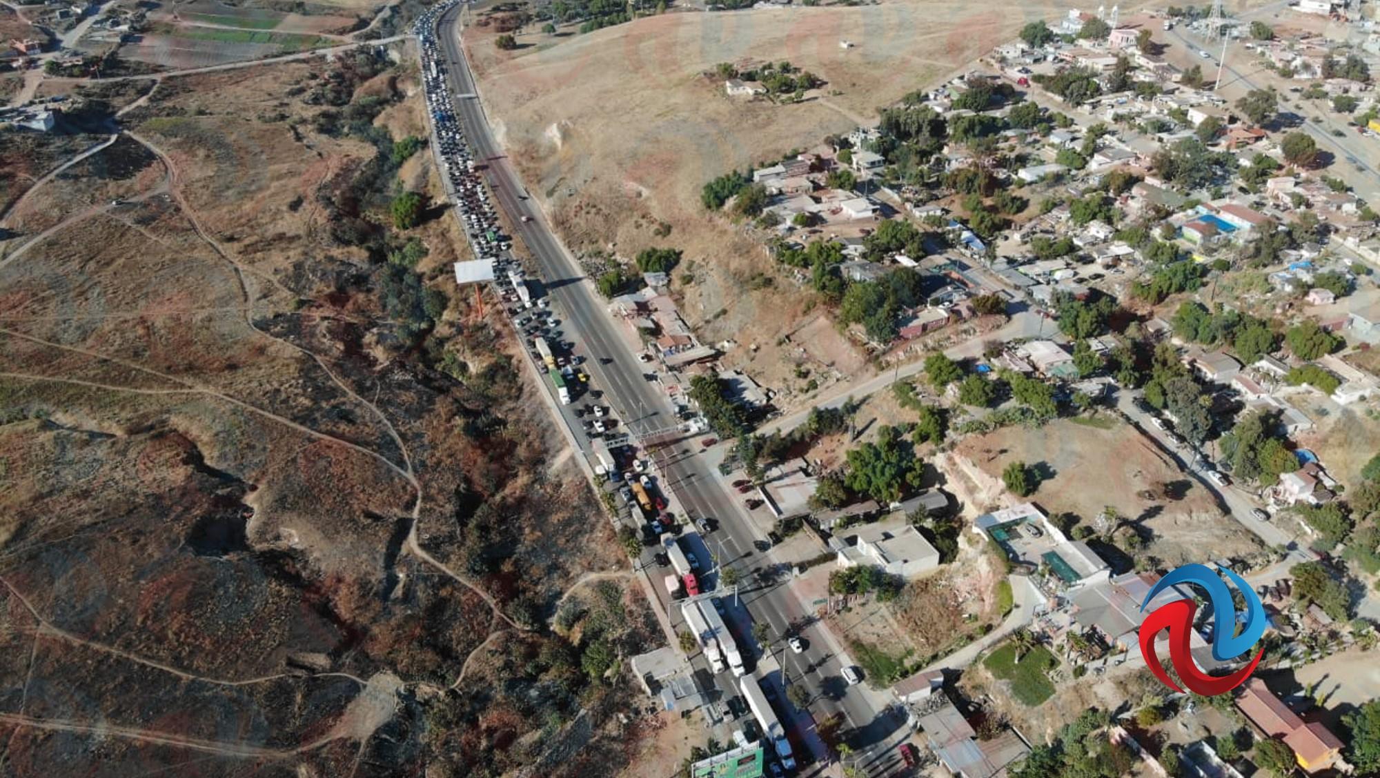 Largas filas en la carretera rumbo a Rosarito